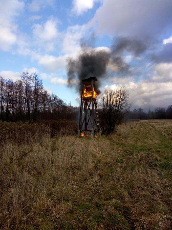 torre de caza incendiada en polonia.